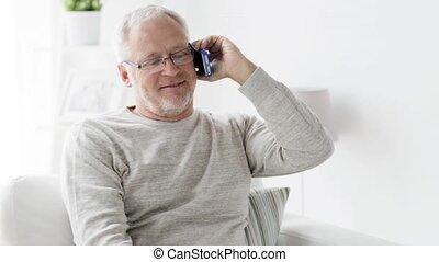 smartphone, appeler, 98, maison, homme aîné, heureux
