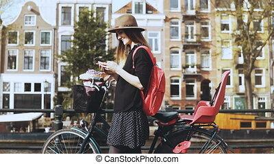 smartphone, bicicleta, moda, pitoresco, bridge., blogger, lifestyle., 4k, bonito, digitando, mensagem, senhora