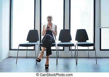 smartphone, biuro, handlowa kobieta, używając, blondynka