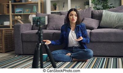 smartphone, blogger, enregistrement, conversation, grande tasse, vidéo, tenue, maison, girl