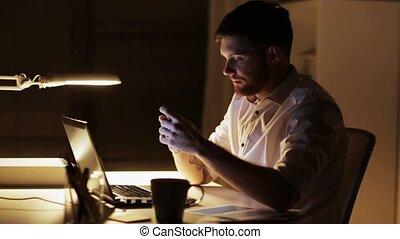 smartphone, bureau, fonctionnement, ordinateur portable, nuit, homme