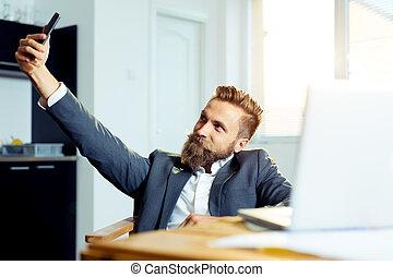 smartphone, bureau, séance, photo, selfie, homme affaires, table, confection, heureux