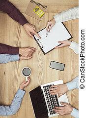 smartphone, cima, businesspeople, documenti, posto lavoro, riunione, laptop, vista