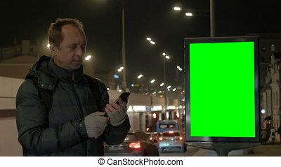 smartphone, city., środki, tam, communication., screen., telefon, mówiąc, zielony, przeciw, tło, noc, tablica ogłoszeń, człowiek
