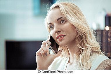 smartphone, closeup, ładny, portret, używając, blondynka