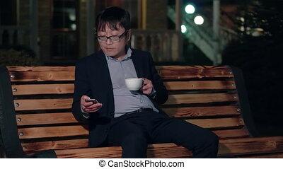 smartphone, coffee., tasse, parc, usages, asiatique, nuit, homme affaires, sourire, boire