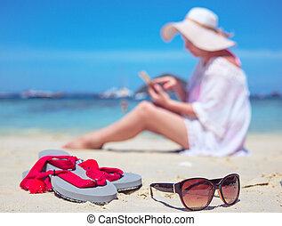 smartphone, dama, odprężony, tropikalny, używając, plaża