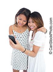 smartphone, deux, asiatique, utilisation, femmes, heureux