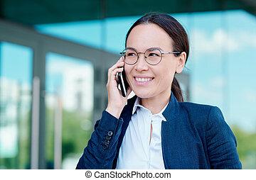 smartphone, discuter, moments, sourire, femme affaires, fonctionnement, brunette, jeune