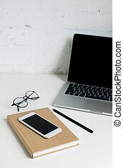 smartphone, draagbare computer, notepad, scherm, tabletop, leeg, witte