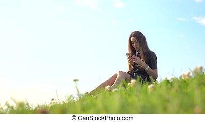 smartphone, elle, cuir, brunette, vidéo, 4k, joli, utilisation, lawn., girl, robe, noir