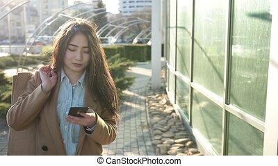 smartphone, extérieur, texting, femme, asiatique, sourire