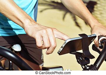 smartphone, Fahrrad, junger, gebrauchend, Reiten, Mann