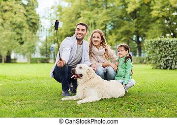 smartphone, famille, prendre, chien, selfie, heureux