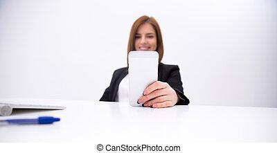 smartphone, femme affaires, foyer, closeup, tenue, portrait, smartphone.
