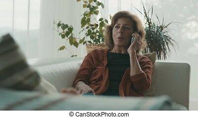 smartphone, femme, home., personne agee, délassant