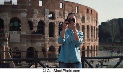 smartphone, femme, italie, prend, photo, selfie, motion., rome, jeune, rire., lent, colisée, sourire, touriste