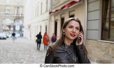 smartphone, femme, moyen-âge, conversation, lèvres, rue, long, promenades, rouges