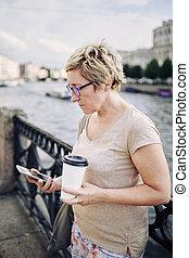 smartphone, femme, vieilli, remblai, brouter