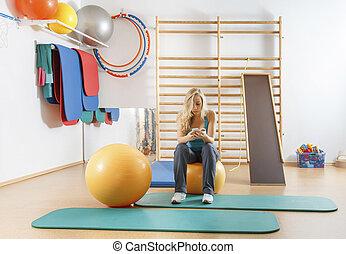 smartphone, ginásio, jovem, esportes, usando, menina