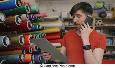 smartphone, grit, controleren, arbeider, jonge, omzet,...