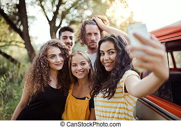smartphone, groupe, campagne, prendre, selfie., roadtrip, par, amis