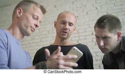 smartphone, groupe, coffee., bureau, app, mâles, trois, téléphone, quoique, utilisation, boire, buisenessmen, discuter, activily