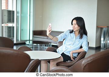 smartphone, handlowy, selfie, przypadkowy, kobieta, asian, wpływy