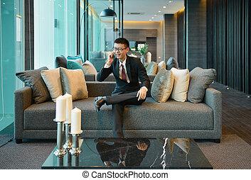 smartphone, handlowy, sofa, luksus, używając, mieszkanie, człowiek, asian