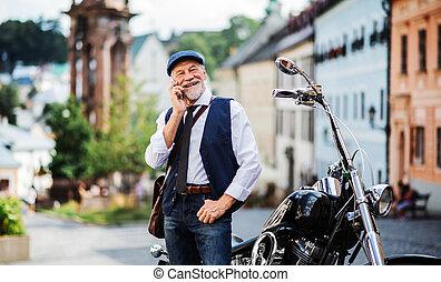 smartphone., használ, város, üzletember, idősebb ember,...