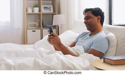 smartphone, heureux, lit, indien, maison, homme