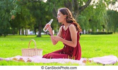 smartphone, heureux, parc, femme, pique-nique