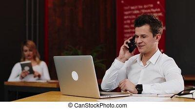 smartphone, informatique, gens, bureau., ordinateur portable, papiers, jeune, appeler, concept, communication, homme affaires, sourire, business, technologie