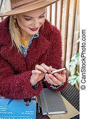 smartphone, jej, ekran, radosny, dotykanie, blond, dziewczyna