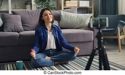 smartphone, jeune, faire gestes, enregistrement, conversation, femme, vidéo, maison, vlogger