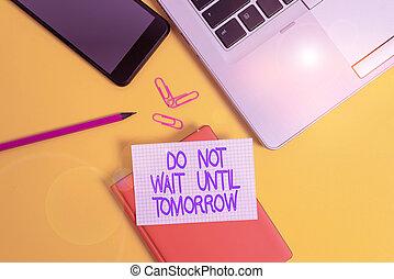 smartphone, klammer, hintergrund., hand, foto, bleistift, gefärbt, laptop, recht, bis, tomorrow., not, geschaeftswelt, begrifflich, dringend, blatt, weg, papier, needed, ausstellung, showcasing, besser, wartezeit, schreibende, ihm, jetzt
