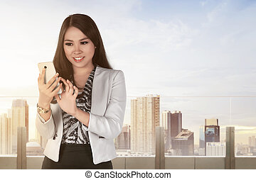 smartphone, kobieta, młody, handlowy, asian