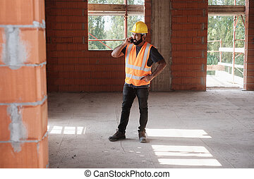 smartphone, local trabalhando, construção, usando, homem sorridente