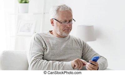 smartphone, maison appel, homme aîné, 97, heureux