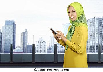 smartphone, muslim, kobieta, asian, używając, uśmiechanie się