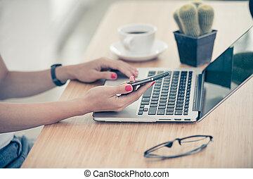 smartphone, ordinateur portable, haut, femme, mains, fin, utilisation
