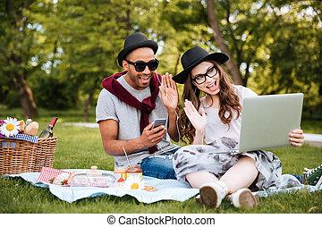 smartphone, paar, park, muziek luisteren, draagbare computer