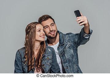 smartphone, par, cinzento, selfie, jovem, isolado, jaquetas, levando, denim, feliz