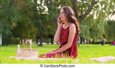 smartphone, parc, femme, appeler, pique-nique