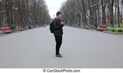 smartphone, parc, jeune, danses, musique, homme, écoute
