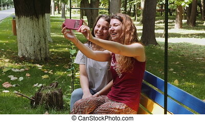 smartphone, parc, prendre, filles, banc, selfie, heureux