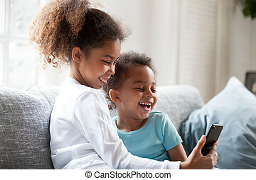 smartphone, pequeno, pretas, rir, ter, irmãs, divertimento, usando