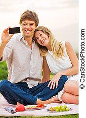 smartphone, pique-nique, photo, prendre, eux-mêmes, couple