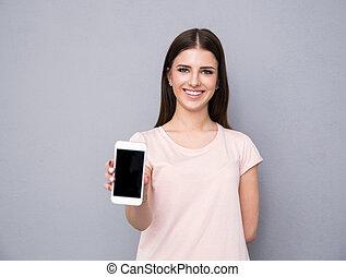 smartphone, pokaz, młoda kobieta, czysty, uśmiechanie się, ekran