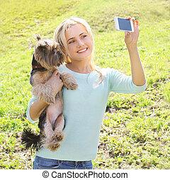 smartphone, prend, selfie, chien, yorkshire, femme, amusement, portrait, terrier, avoir, heureux